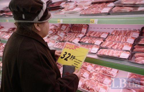 ältere Frau im Supermarkt mit Rabattschild