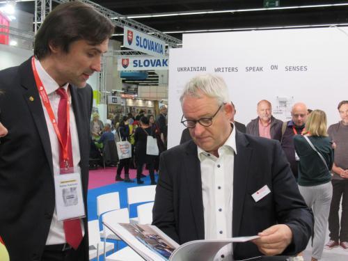 Tobias Voss von der Frankfurter Buchmesse im Gespräch mit Roman Rubtschenko (Direktor der Achmetow-Stiftung) über den Donbass-Bildband