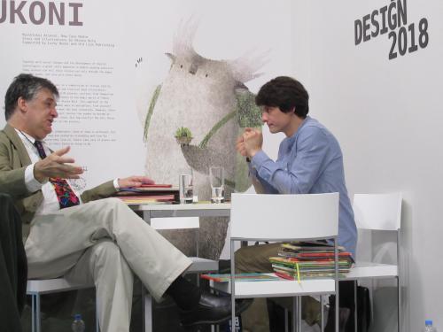 Iwan Fedetschko (r.) vom Verlag des Alten Löwen im Gespräch mit einem anderen Verleger