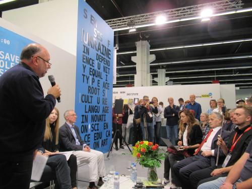 Andrej Kurkow moderiert die Lesung der Texte von Oleh Senzow
