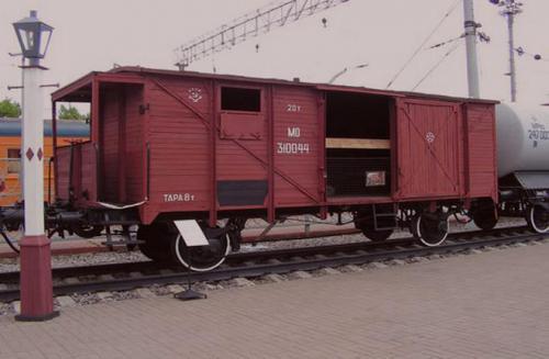 """Beheizbarer Waggon zur Beförderung von Personen und Tiere """"Tepluschka"""", mit denen die Deportation durchgeführt wurde."""