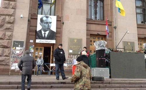 Stepan-Bandera-Porträt am Rathaus von Kiew