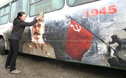 Stalinwerbung auf Bus