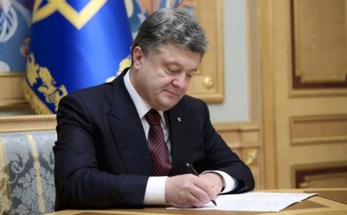 Präsident Petro Poroschenko unterschreibt ein Gesetz