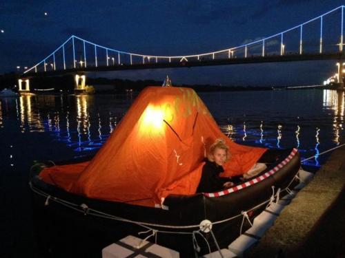 Krim-Floß in der Nacht in Kiew
