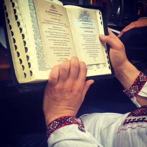 Abgeordneter liest das Vaterunser vor der Abstimmung über die Verfassungsänderungen