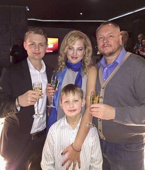 Andrij Artemenko mit seiner Ehefrau Oksana Kutschma und den Söhnen Witalij (links) und Edward