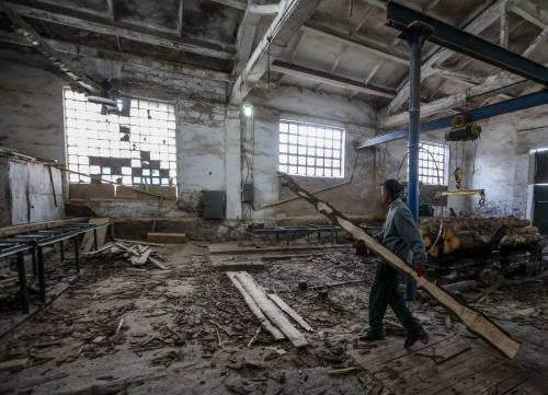 Arbeiter im Gefängnissägewerk 2