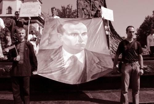 Bander-Anhänger mit einem Porträt ihres großen Führers