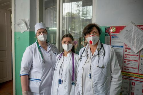 Ärztinnen der Abteilung für Infektionskrankheiten, die Menschen mit Coronavirus behandeln