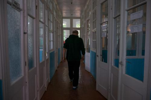 Der Korridor zwischen den Zimmerboxen der Abteilung für Infektionskrankheiten. Die Fenster in solchen Stationen blicken nicht zum Hof, sondern zum nächsten Raum.