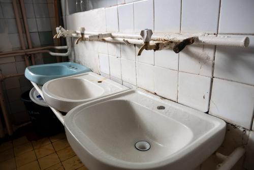 Waschbecken im Badezimmer der Abteilung für Infektionskrankheiten des Czernowitzer Gebietskrankenhauses