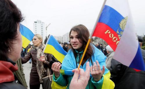 Demonstranten mit ukrainischen und russischen Flaggen