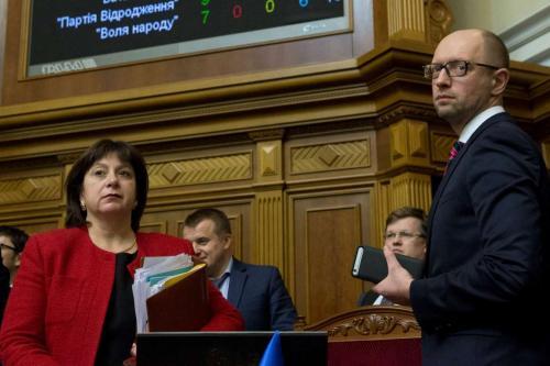 Finanzministerin Natalja Jaresko und Ministerpräsident Arsenij Jazenjuk nach der Verabschiedung des Staatshaushaltes für 2016