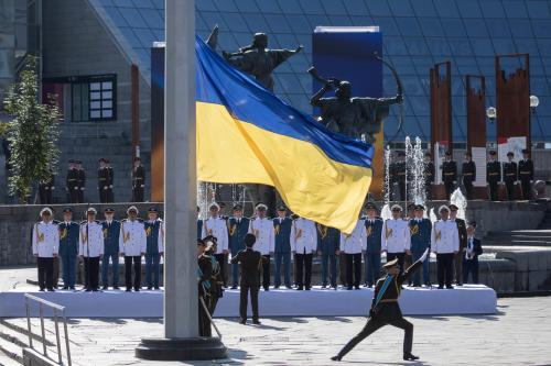 Ein ukrainischer Soldat hisst die Flagge bei den Feierlichkeiten zum 28. Unabhängigkeitstag in Kiew. Quelle: president.gov.ua