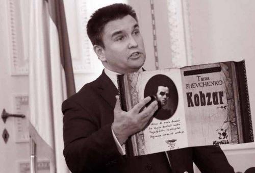 Fotomontage: Pawlo Klimkin mit der englischen Ausgabe des Kobsars