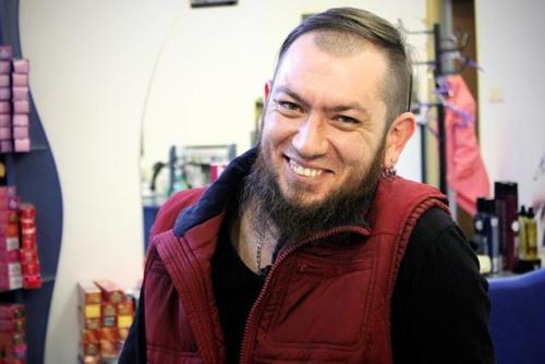 Friseur Ruslan aus Sewastopol in seinem Salon in Lwiw