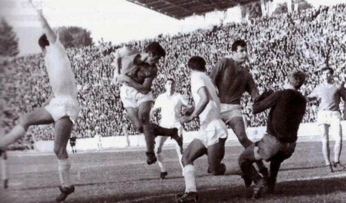 28. Juni 1969: Aus der Luft attackieren Wolodymyr Danyljuk und Janosch Habowda das Tor von Tschornomorez Odessa. Quelle: http://www.footclub.com.ua