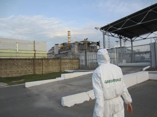 Greenpeace Mitarbeiterin 30 Jahre später vor dem Reaktor von Tschernobyl