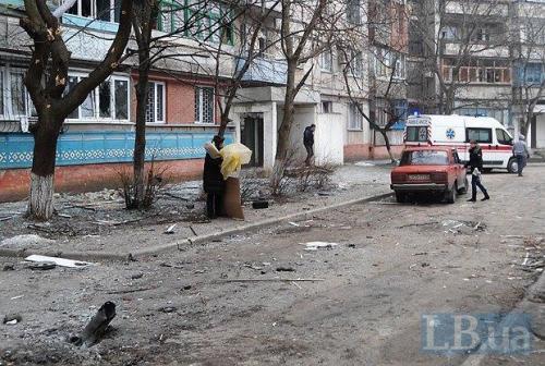 Hof in Mariupol nach dem Beschuss