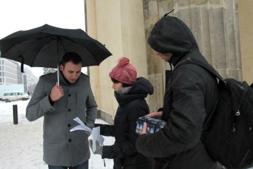 Demonstration vor dem Brandenburger Tor für Olaolu Femi