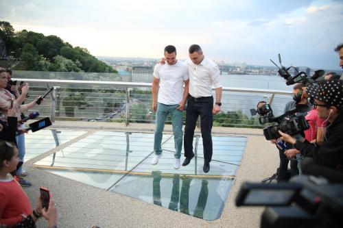 Die Klitschko-Brüder testen im Mai 2019 gemeinsam die transparenten Teile der neuen Fußgängerbrücke