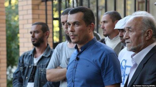 Emil Kurbedinow (im Zentrum) berichtet vom Prozess gegen den Journalisten Nariman Memedeminow, Simferopol, September 2018