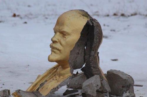 zerstörtes Lenindenkmal - Dumskaja.net