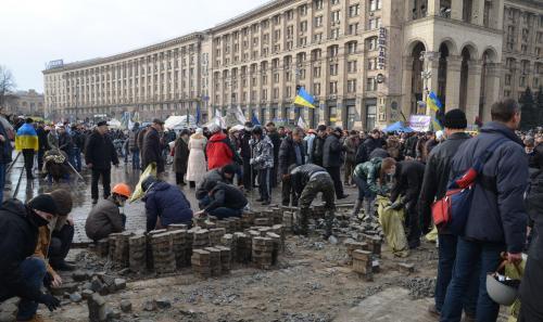 Die Pflastersteine wurden in den Händen der Demonstranten zu einer gewaltigen Waffe. Foto: Jurij Charytontschuk