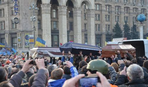 """Während des Abschieds von den Helden der Himmlischen Hundertschaft auf dem Majdan mit dem Lied """"Es schwimmt eine Ente auf der Tyssa"""" verloren die Menschen das Bewusstsein. Foto: Jurij Charytontschuk"""