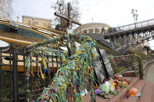 Ende Februar tauchen in der Allee der himmlischen Hundert viele Blumen und ukrainische Symbole auf. Foto: Eldar Sarachman