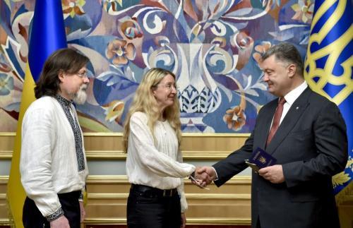 Mark und Uljana Suprun erhalten den ukrainischen Pass von Präsident Petro Poroschenko