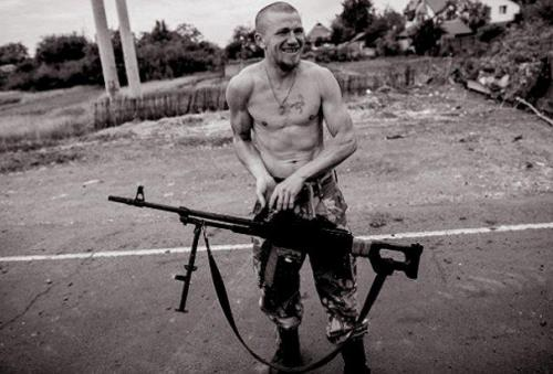Motorola (Arsen Pawlow) mit Maschinengewehr