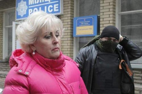 Nelja Schtepa, Ex-Bürgermeisterin von Slawjansk/Slowjansk, vor dem Milizgebäude mit Separatisten