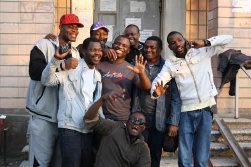 Olaolu Femi mit Freunden nach der Entlassung