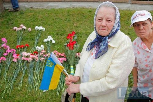 Oma mit ukrainischer Flagge