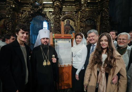 Die Präsidentenfamilie mit Kirchenchef Epifanij und der Tomos-Urkunde