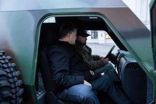 Probefahrt von Pjotr Poroschenko im Panzerwagen