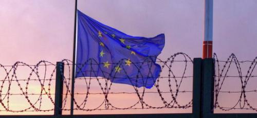 Stacheldraht vor der EU-Flagge