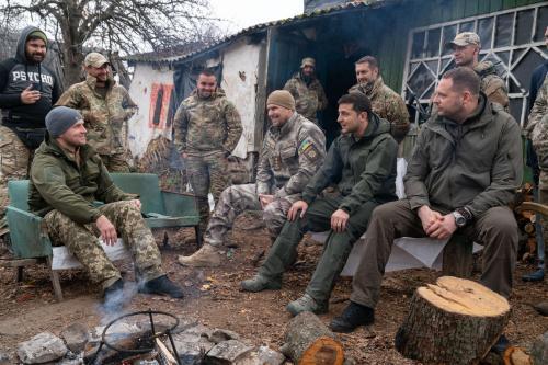 Wolodymyr Selenskyj diskutiert mit Veteranen des Asow-Regiments in Solote
