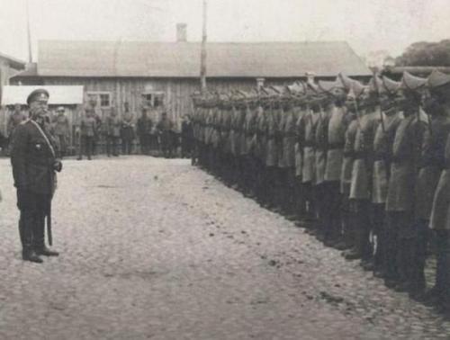 Die Ehrenhundertschaft der Grauen Division grüßt ihren Otaman Wiktor Sokyra-Jachontiw. Wolodymyr-Wolynskyj, 27. Mai 1918