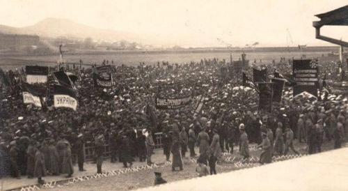 Demonstration in Wladiwostok mit ukrainischen Flaggen und Losungen. Wahrscheinlich im Frühling 1917.