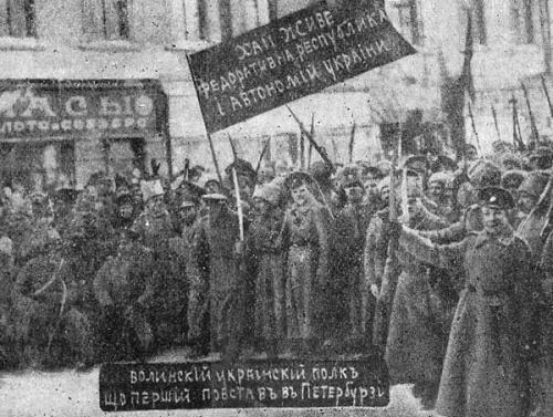 1917 führten die Ukrainer der ehemaligen Garderegimenter des Zaren frei bewaffnete Demonstrationen unter blau-gelben Flaggen in der Hauptstadt Russlands durch. Sogar auf der legendären Aurora war eine Organisation ukrainischer Matrosen tätig.
