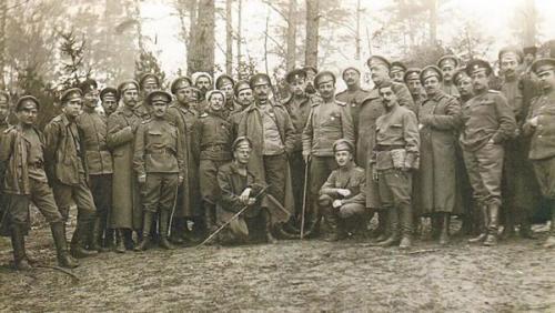"""Südwestfront – September 1917. Feldwebel des Bohdan-Chmelnyzkyj-Regiments mit dem Chef der 10. Infanteriedivision, zu deren Bestand das Regiment von Generalmajor Wiktor Halfter gehörte – Foto: Buch von Ja. Tyntschenko: """"Die Armee der Ukraine: 1917-1920"""","""