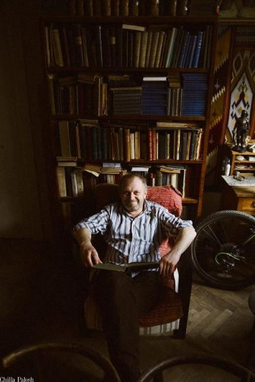 Taras Prochasko vor einem Bücherregal