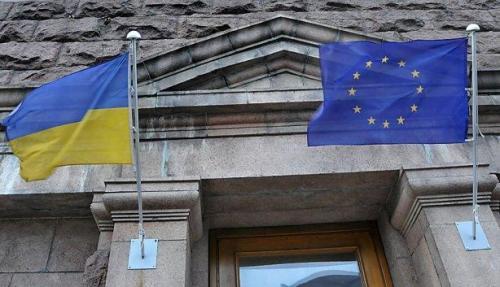 Ukraineflagge und EU-Flagge