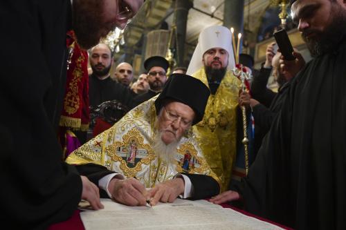 Unterzeichnung des Tomos durch Patriarch Bartholomaios I in Istanbul