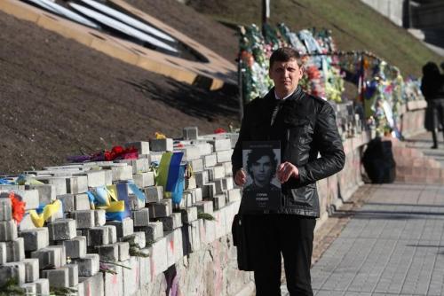 Vater Igor Guryk mit dem Bild von Roman