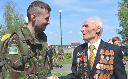 Veteran de Roten Armee mit ATO-Kämpfer