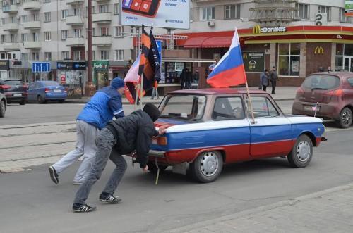 Wat-Mobil: Anhänger des russischen Frühlings schieben einen Saporoschez